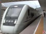 南龙铁路正式开通运营 市民赶早体验首发动车