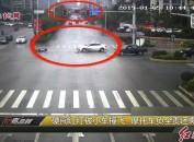 硬闯红灯被小车撞飞  摩托车负全责还需赔偿