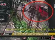 摩托车惨遭大货车碾压 两人当场死亡