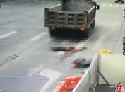 慘烈!摩托車駕駛員被大貨車碾壓當場死亡