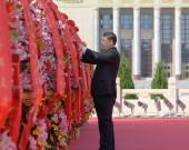 今天鲜花献给英烈 百年丰碑