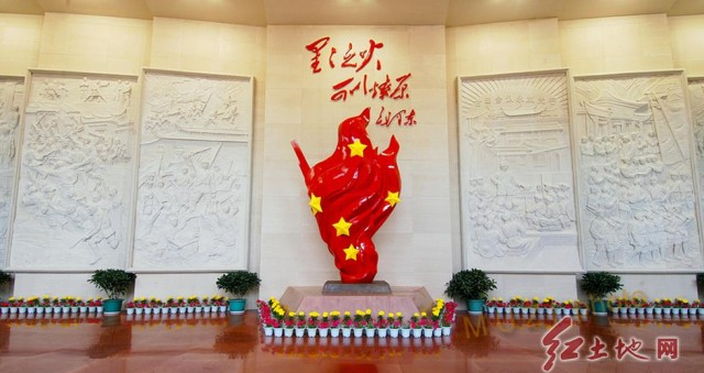 二、初步实践,构筑中央苏区的牢固基石。 1929年5月19日,毛泽东率红四军从瑞金出发二次入闽,经长汀古城、四都、濯田,于水口跃过汀江,在龙岩、上杭、永定开辟了一片天地,为开辟中央苏区的宏伟蓝图写上了浓墨重彩的一笔。 在福建党组织的配合下,5月23日拂晓,红四军兵分两路向龙岩发起进攻。第一、三纵队攻占龙门前线阵地,击溃守敌第一补充营,迅速逼近龙岩,突破西门防线;第二纵队占领龙岩北门外的小山,控制制高点,居高临下向守敌发起攻击,在红军的强大攻势之下,龙岩守敌不得不弃城而逃,红军顺利攻占龙岩城。红四军第一次